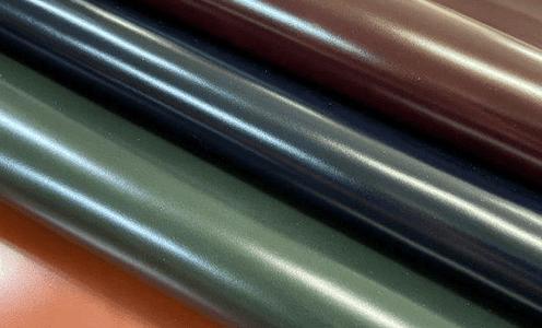 姫路産牛革のガラス革は耐水性に優れたレザーです。