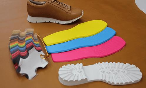 カラーバリエーションが豊富でカジュアルシューズに最適な、軽い発砲素材の靴底です。